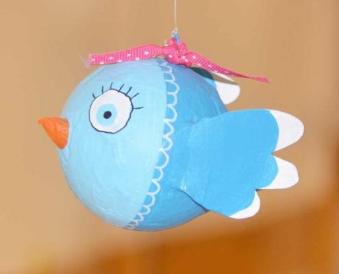 Basteln mit Kindern bunter Vogel aus Pappmache